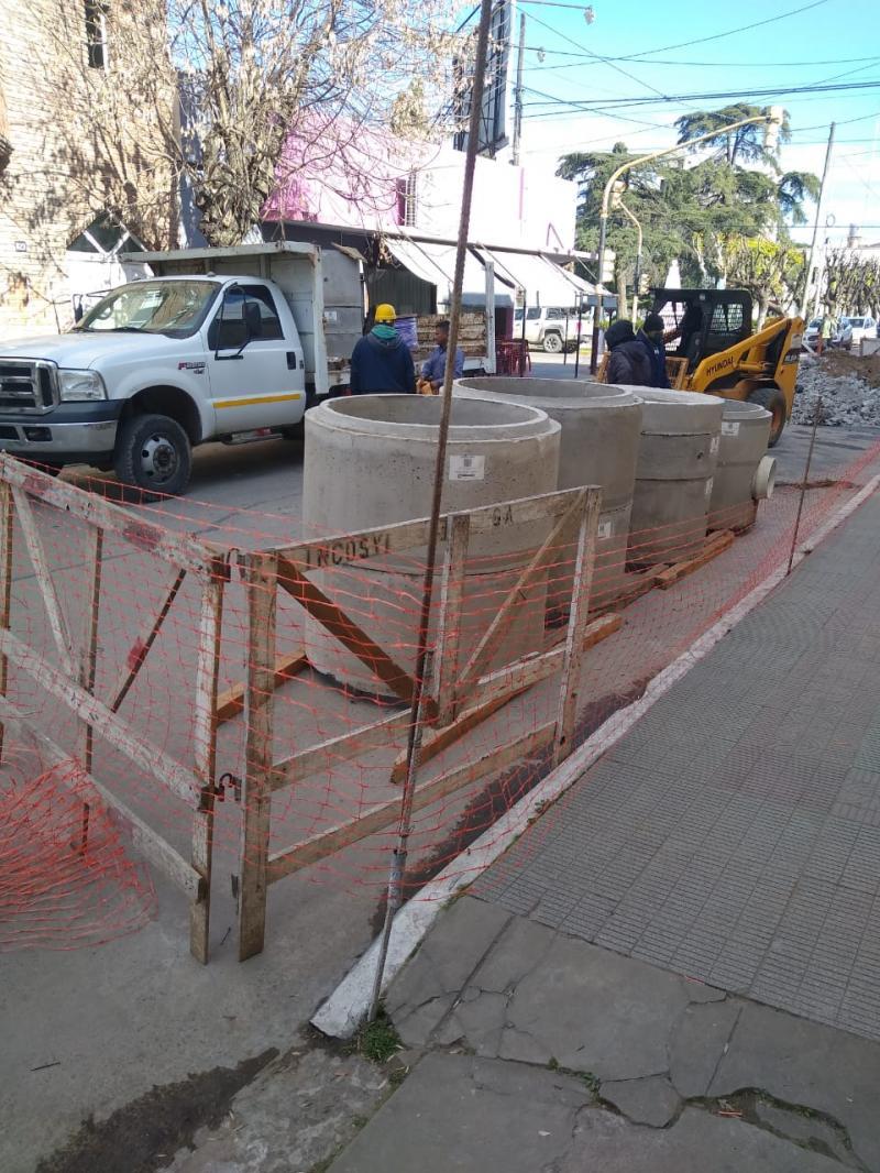 ABSA avanza con la última etapa del recambio de colector cloacal sobre calle 25 de mayo