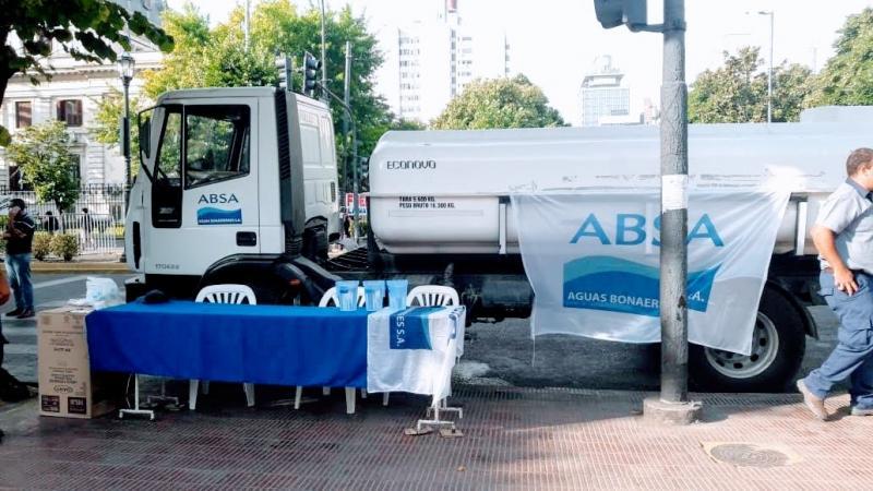 ABSA brindó agua en la Plaza San Martín