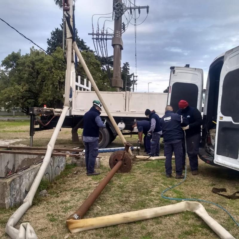 Tareas de mantenimiento en la red de agua en La Plata