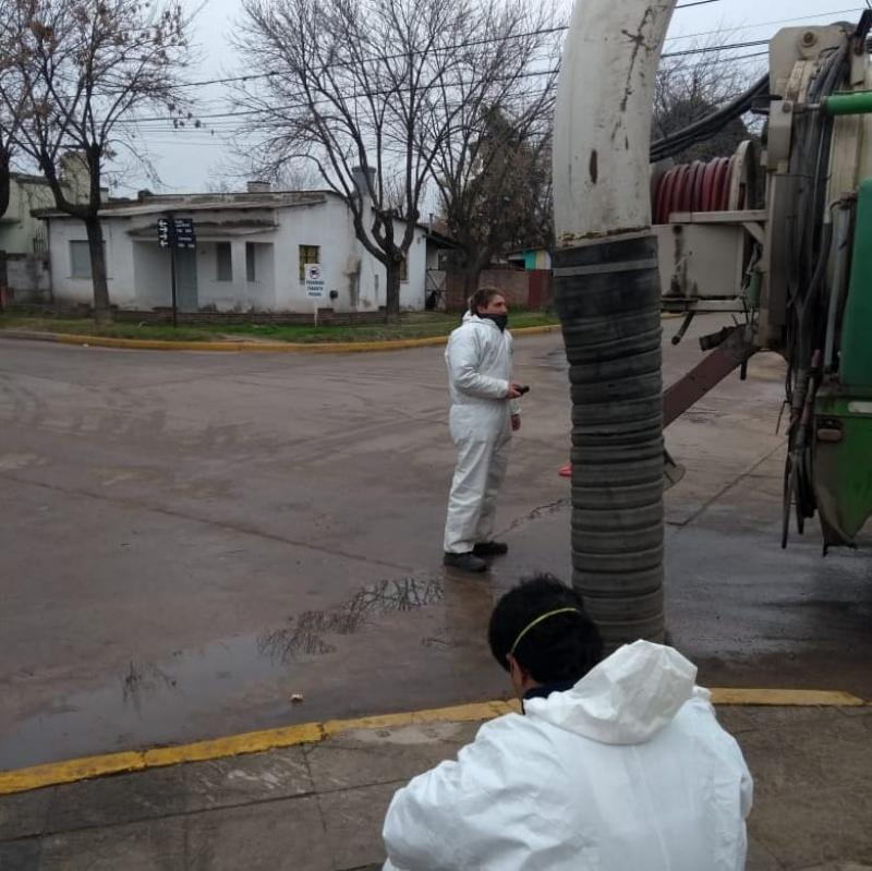 Tareas de mantenimiento sobre la red cloacal de Suipacha