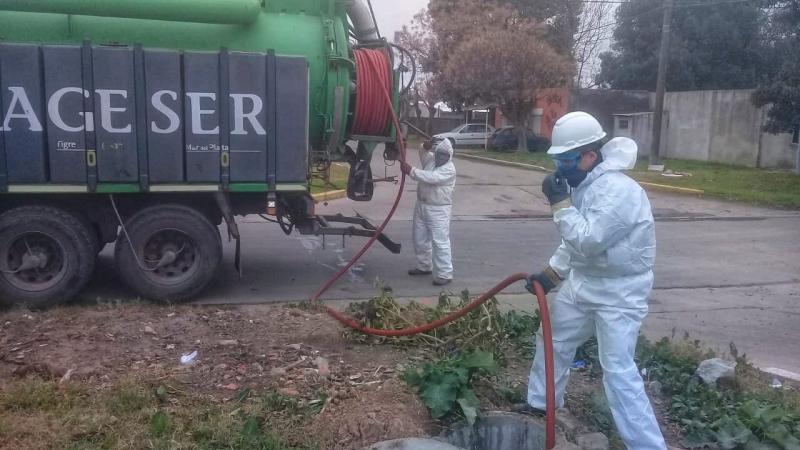 Trabajos de mantenimiento sobre la red cloacal en Villa Ramallo y Ramallo