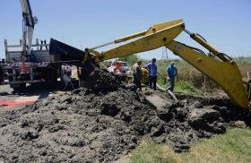 La Plata - ABSA trabaja en la reparación de un importante acueducto