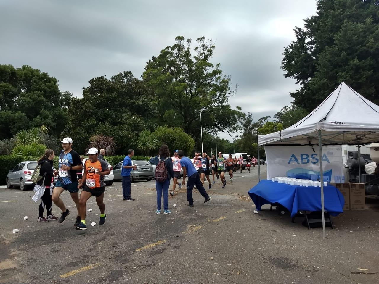 ABSA hidrató a los corredores en la maratón solidaria a total beneficio del Hospital de Niños de La Plata